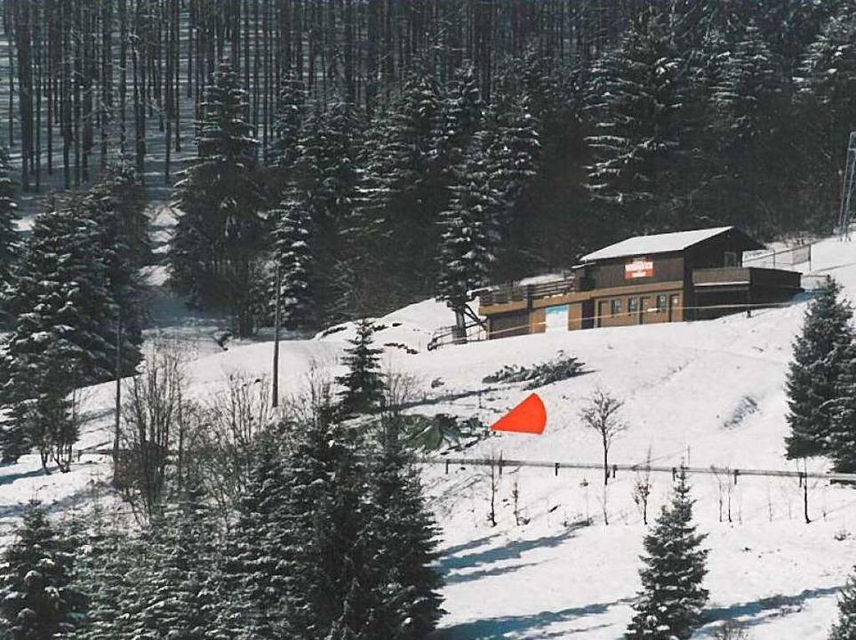 Der Unglücksort (roter Pfeil) an der K...ße unterhalb des Wiedener-Eck-Skilifts  | Foto: Bundesstelle für Flugunfalluntersuchung