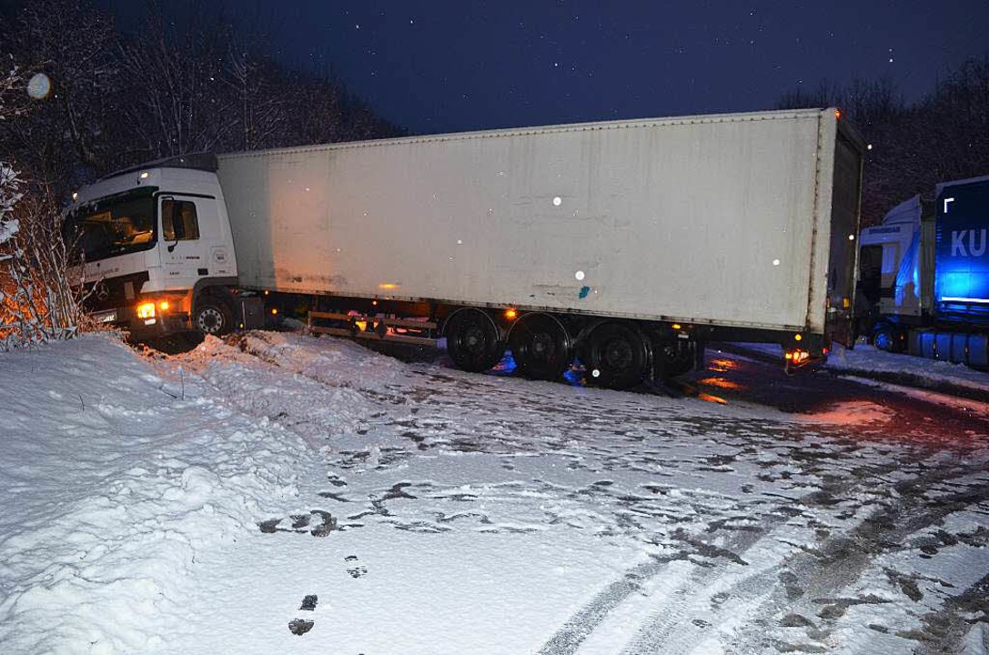 Im Buchenbacher Ortsteil Falkensteig h...e B 31 über mehrere Stunden blockiert.  | Foto: Kamera24.tv