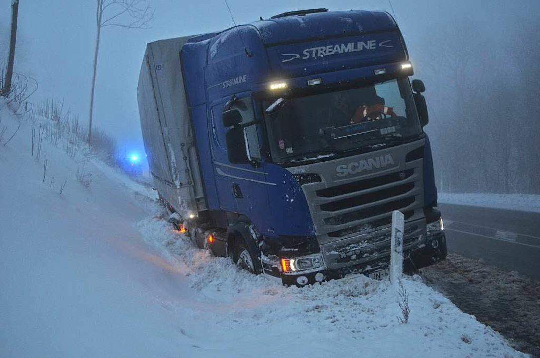 Bei Hinterzarten geriet dieser Lkw in ...aßengraben und blieb ebenfalls liegen.  | Foto: Kamera24.tv