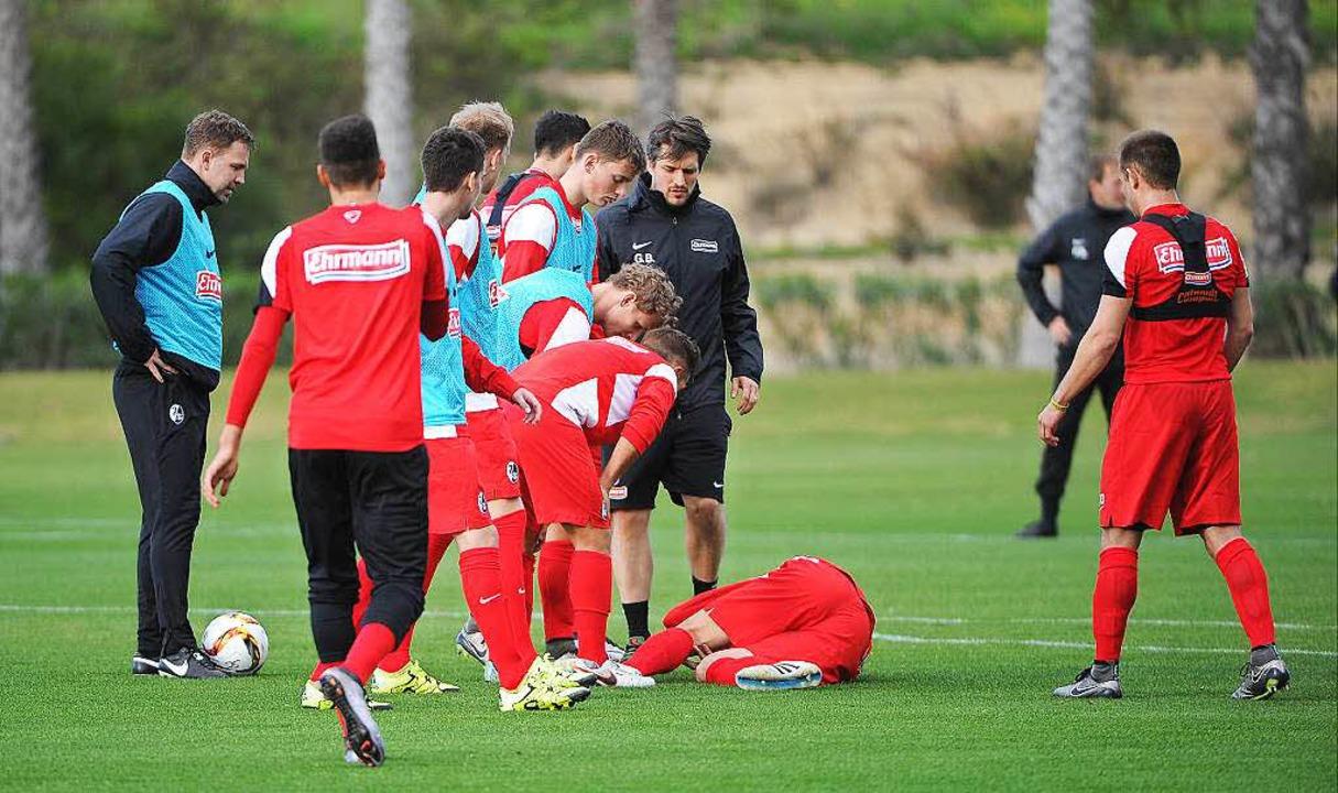 ...Sekunden später: Petersen wälzt sich am Boden, die Teamkollegen eilen hinzu.  | Foto: Achim Keller