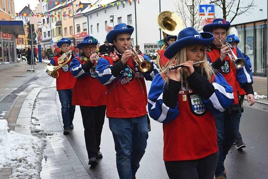 Die Stadtmusik Wehr führte den Narrenbaum-Umzug zum Rathausplatz an. (Foto: Hrvoje Miloslavic)
