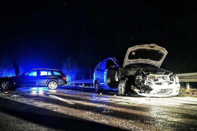 Drei Schwerverletzte bei Glatteisunfällen