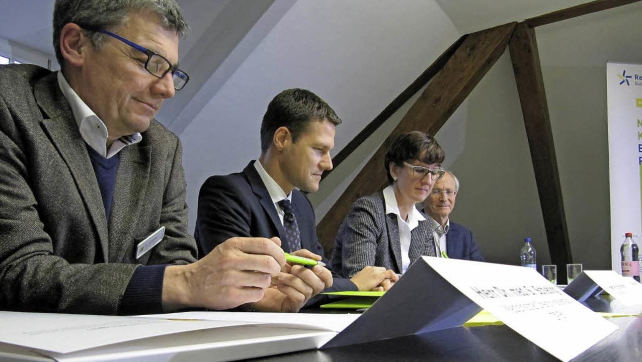 Unterzeichnen den Kooperationsvertrag ...chosomatische Rehabilitation Freiburg.    Foto: Janina Ruth