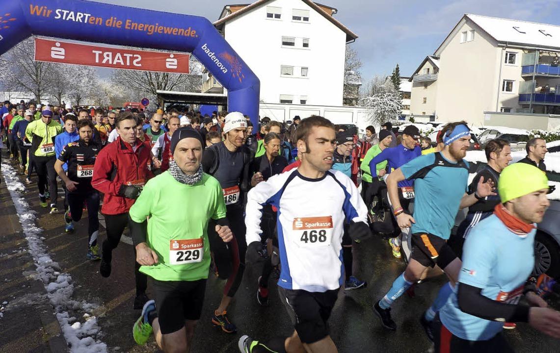 500 Läuferinnen und Läufer aus der gan...trecke beim 25. Teninger Allmendlauf.     Foto: Karlernst Lauffer