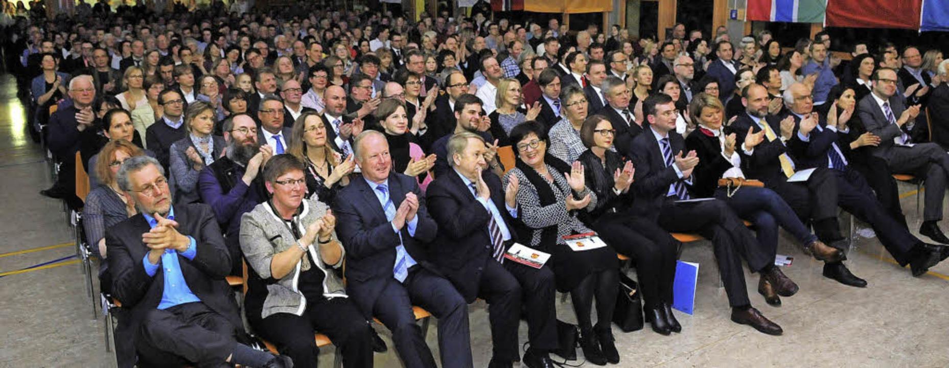 Die zahlreichen Gäste der Auftaktveran...g gehen beim Programm begeistert mit.     Foto: Wolfgang Künstle