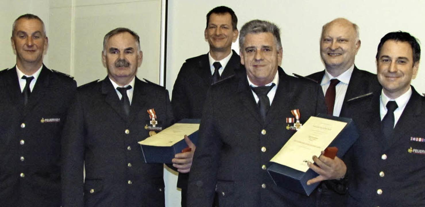 Ehrende und Geehrte bei der Wittnauer ...eisbrandmeister Thomas End (von links)    Foto: Beatrice Scherer