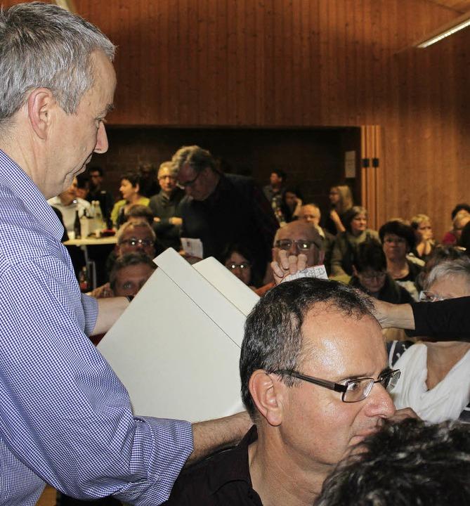 """Mit der original Wahlurne des Rathause...222;Harry der Vollstrecker"""" ein.    Foto: Martha Weishaar"""