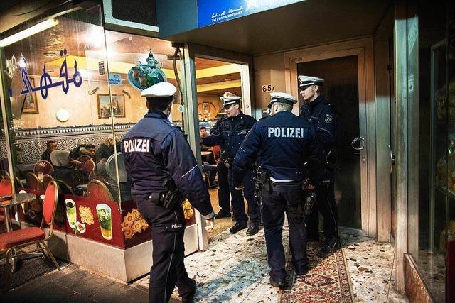 300 Polizisten vollziehen eine Razzia im Maghreb-Viertel