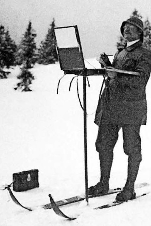 Der Skistock als Stativ: Hermann Disch...eichenblock und Fotoapparat im Schnee.  | Foto: Dischler/ Katalog