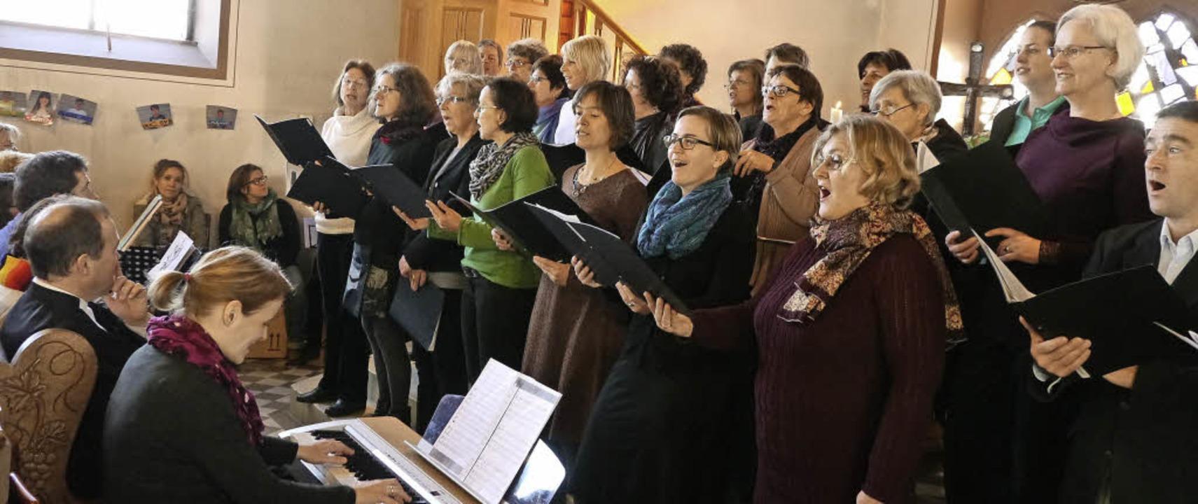 Die zahlreichen Gottesdienstbesucher g...nd und dem Evangelischen Gemeindechor.    Foto: Christel Hülter-Hassler
