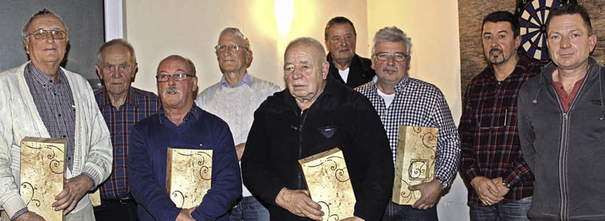 Für 40 Jahre Mitgliedschaft beim Angel...änner (von rechts) sieben Mitglieder.   | Foto: Christiane Franz