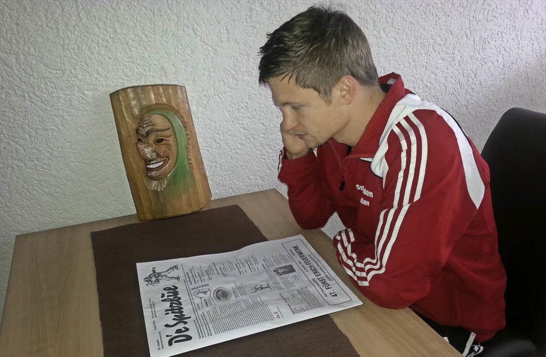 Der Chefredakteur Mirco Fakler liest d...wie ein Spitzbue verschmitzt lächelt.   | Foto: Narrenzunft Oberwinden