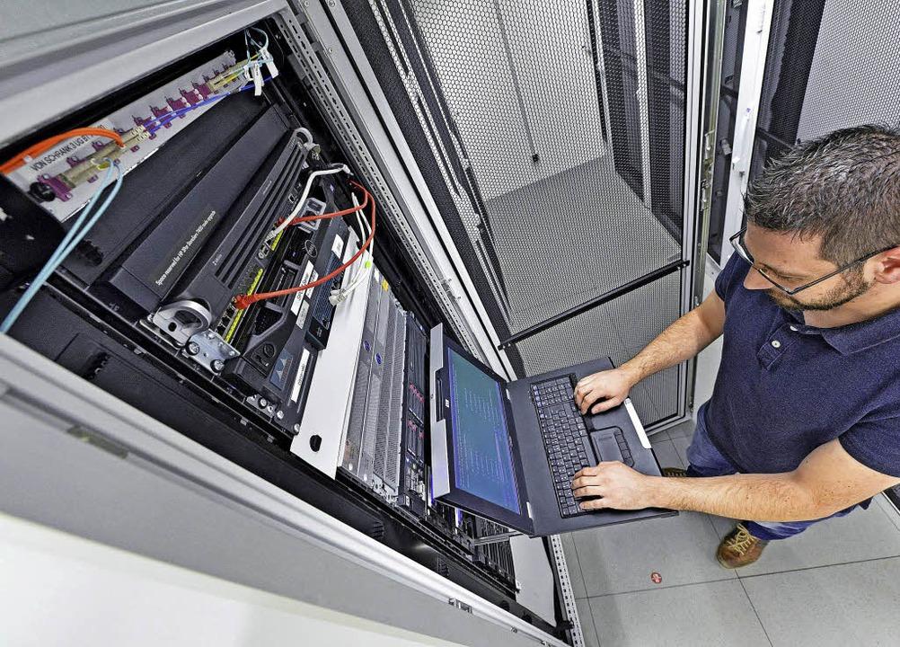 Wolfgang Burger, EDV-Leiter des Freibu...neuen, energieeffizienten Serverraum.   | Foto: Michael Bamberger