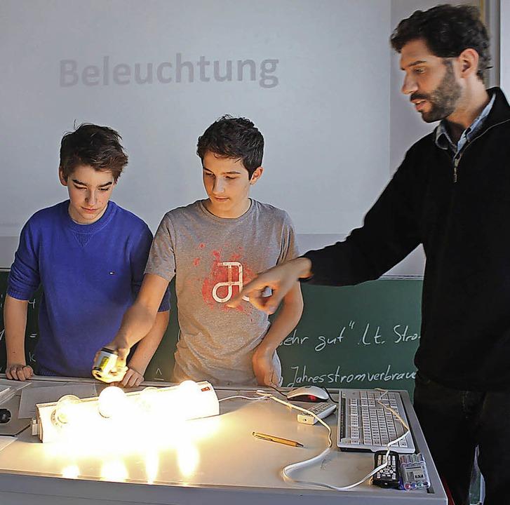 Die Schüler  Finn Gutmann (links) und ...e Lampe am wenigsten Strom verbraucht.  | Foto: Privat