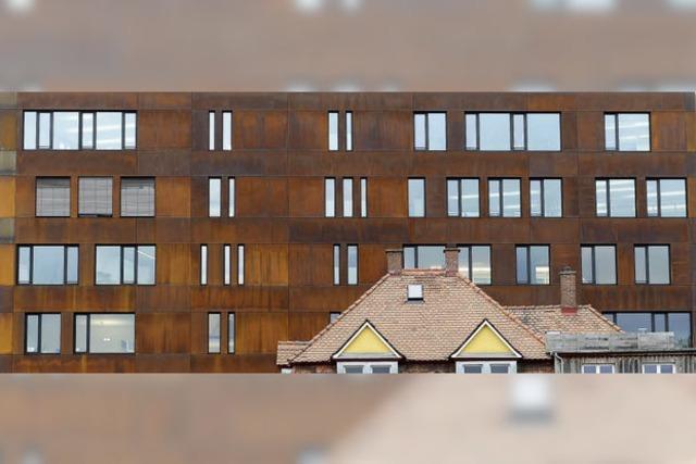 Rostige Aussicht aufs neue Red-One-Gebäude