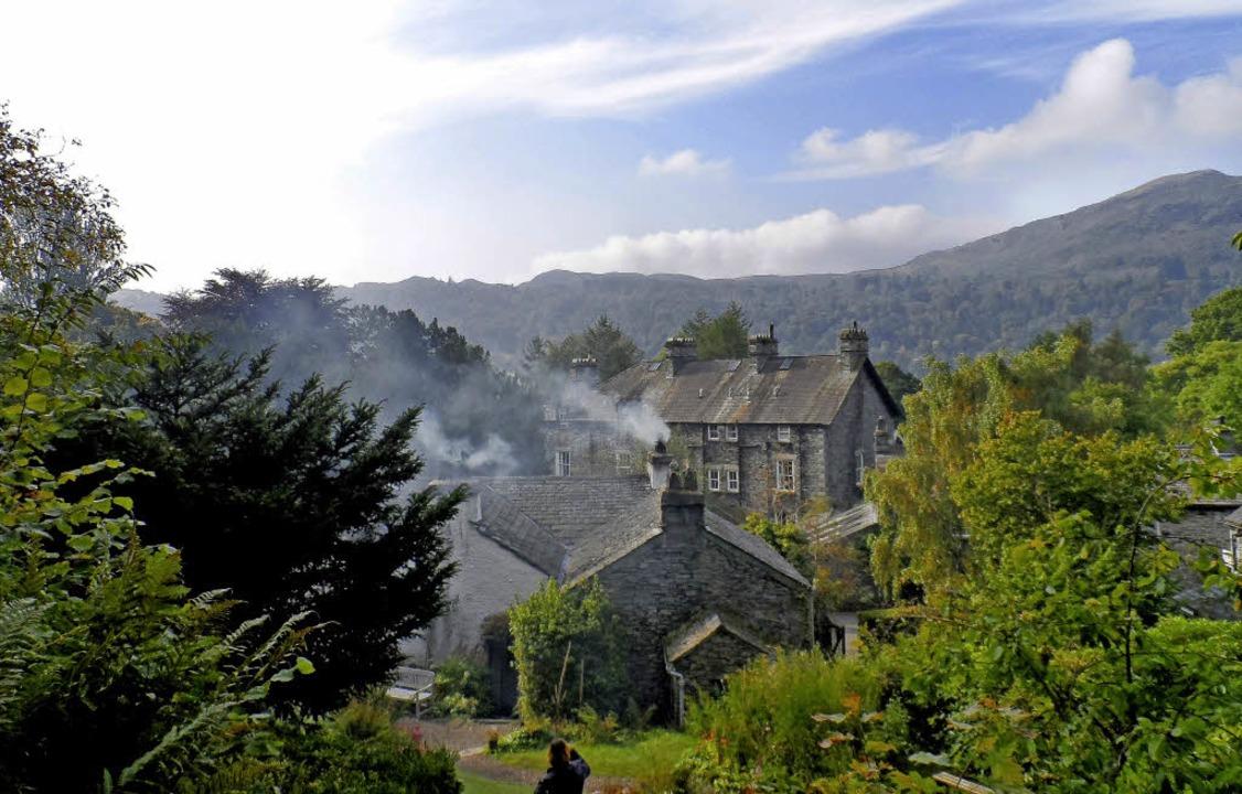 Romantische Bilderbuchidylle: Grasmere...t sich an die Hügel des Lake District.  | Foto: Sofia Conraths