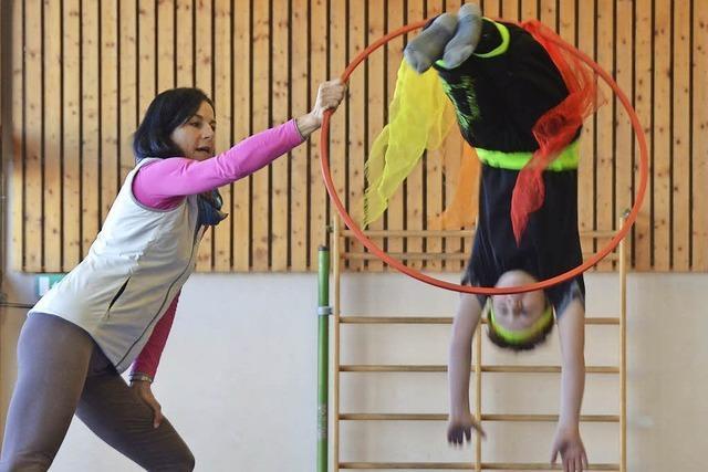 Schwebende und zaubernde Grundschüler