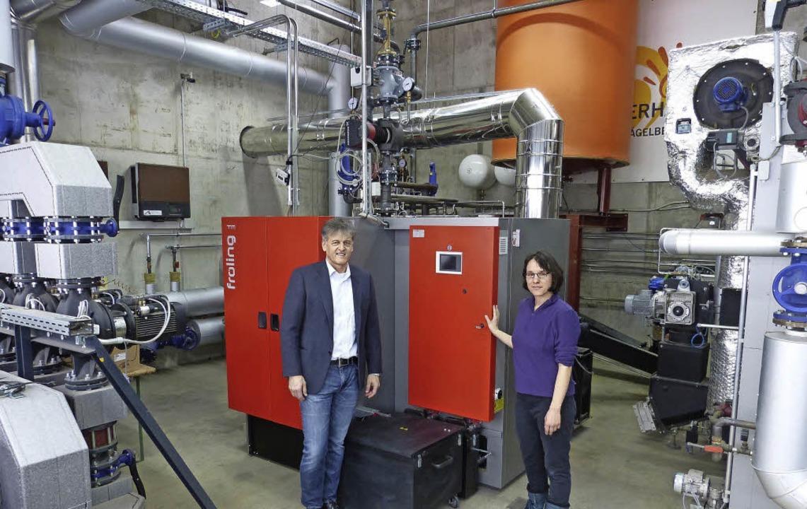 Hackschnitzel-Wärme:  Vorstand Gunther...phanie Senn mit den neuen Heizkesseln   | Foto: ZVG