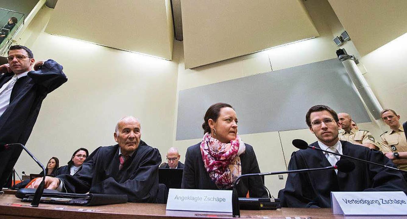 Beate Zschäpe und ihre Verteidiger Hermann Borchert (links) und Mathias Grasel   | Foto: dpa/AFP