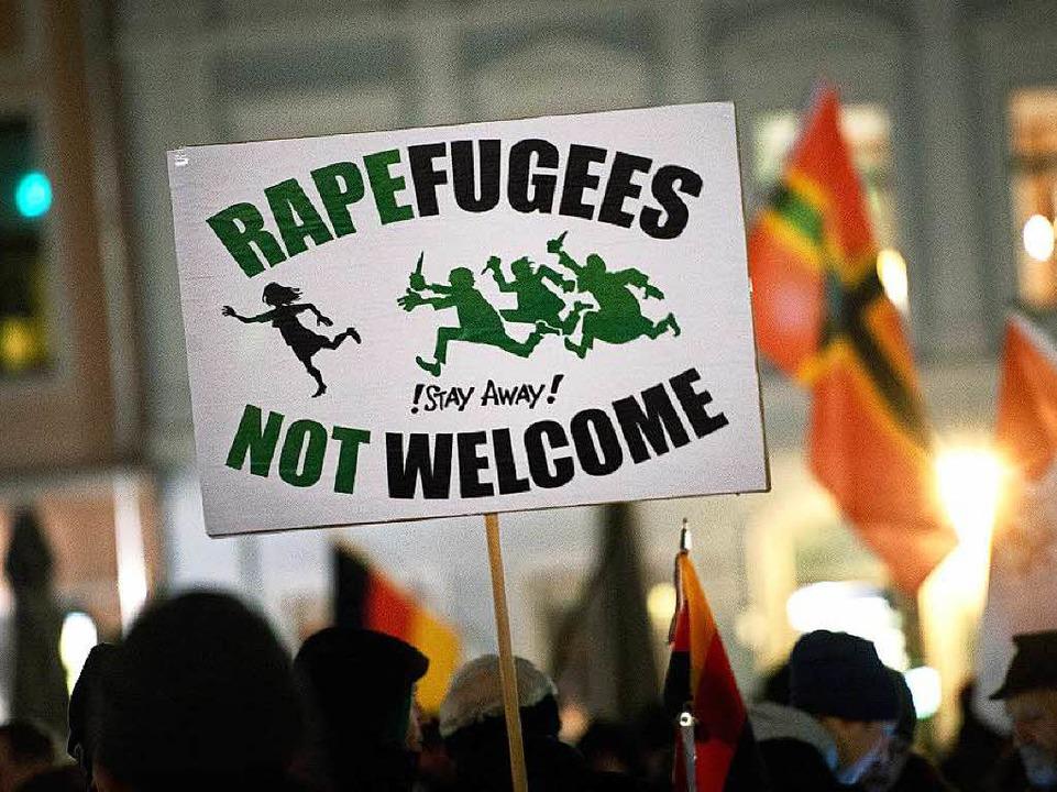 Plakat auf einer Pegida-Demo in Dresden.  | Foto: dpa
