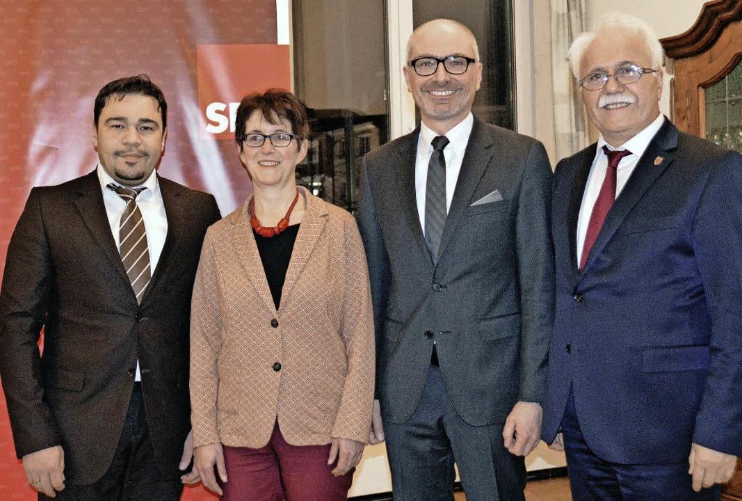 Süleyman Emre (von links), der zweite ... Hidir Gürakar beim Vortrag zu Europa   | Foto: Horatio Gollin