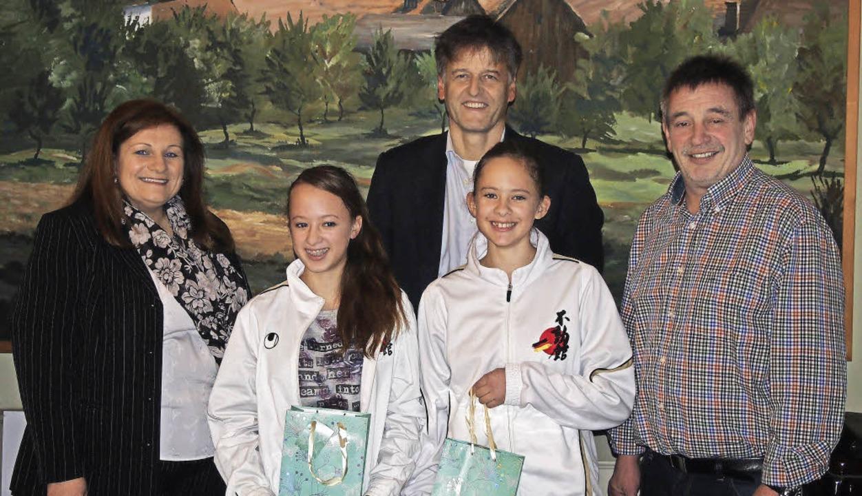Sarina Burger (vorne links) und Florin...nther Braun und Dieter Trinler geehrt.  | Foto: Gabriele Poppen