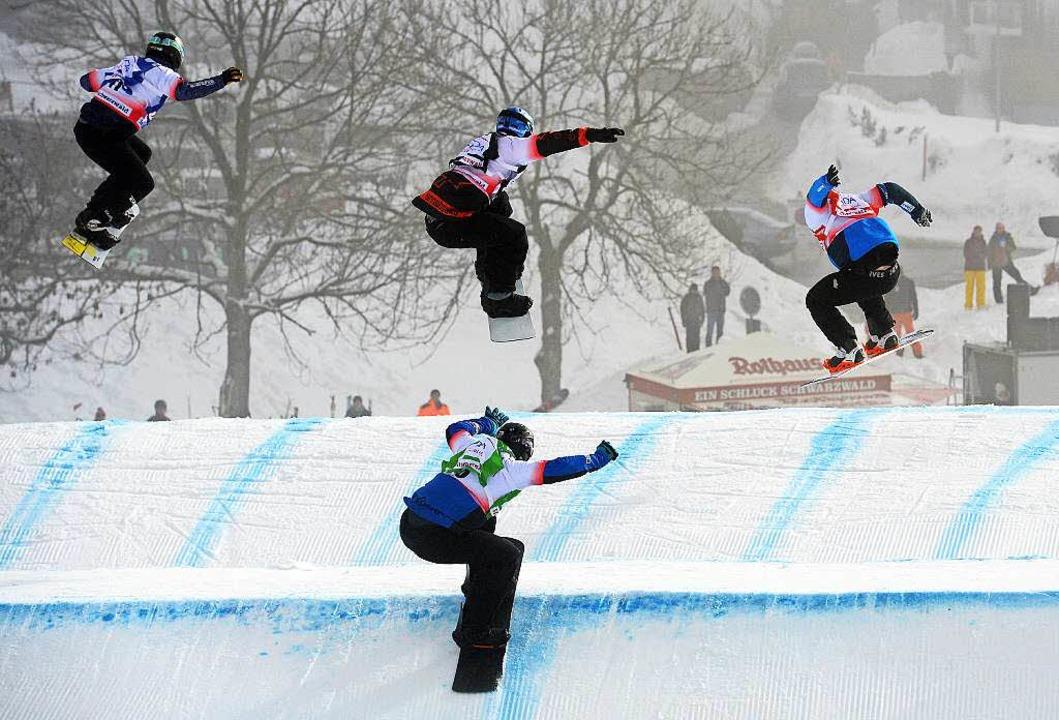 Packende Wettkämpfe vor 5000 Wintersportfans auf dem Höchsten im Schwarzwald  | Foto: dpa