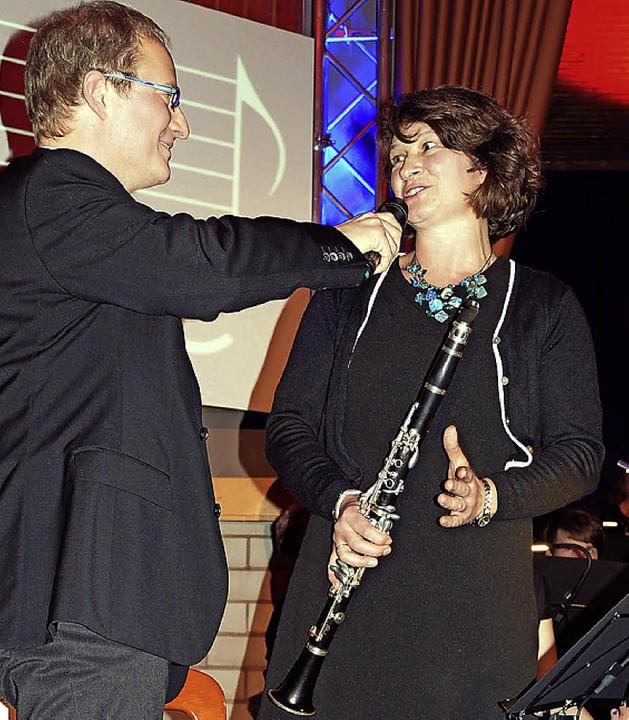 Moderator Matthias Zeller interviewt K...ie im Musikverein Wollbach mitspielte.  | Foto: Silke Hartenstein