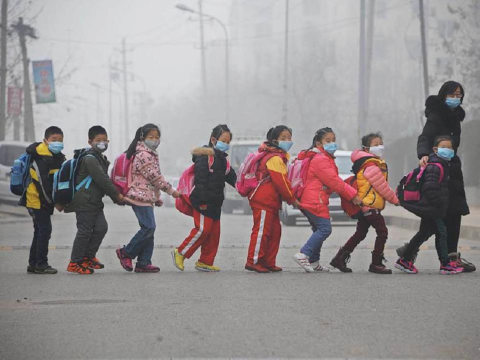 Bald ein Bild aus der Vergangenheit?  ...en sich mit Atemmasken durch den Smog.  | Foto: STR