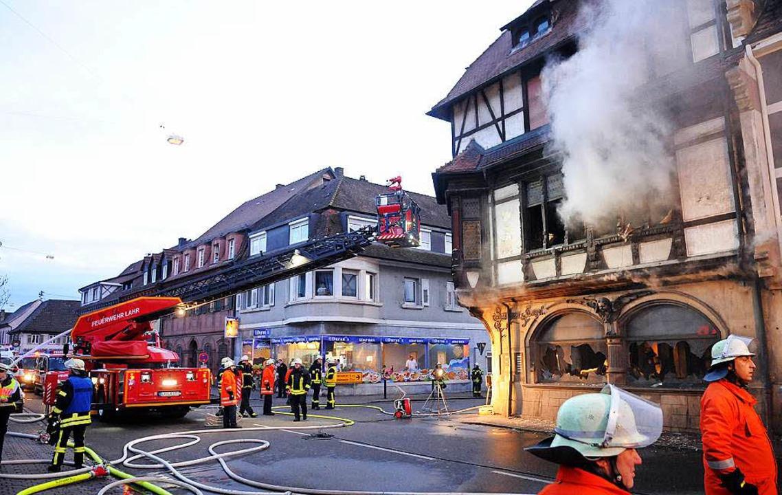 Ein Raub der Flammen wurde das histori... Gebäude der früheren Engel-Apotheke.   | Foto: WOLFGANG KÜNSTLE