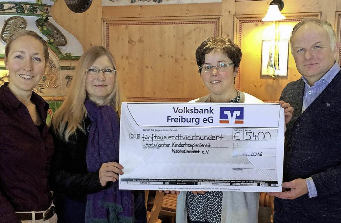 Michaela Kösler und  Andrea Saier vom ...pendenscheck über 5400 Euro entgegen.   | Foto: Privat