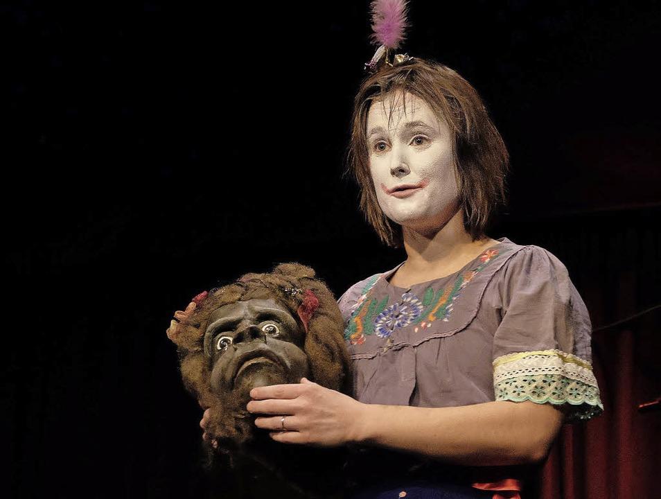 Katharina Witerzens mit der Maske von Madame Juliette  | Foto: Taschinski