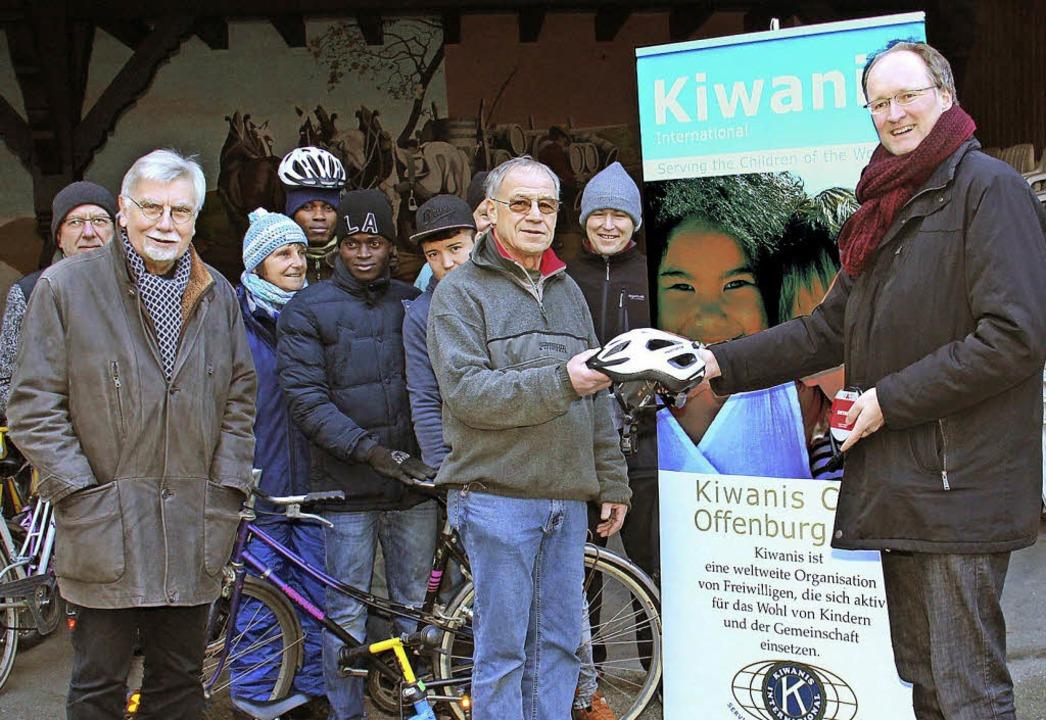 Unterstützung für die Fahrradwerkstatt...efer, Patrick Schaub und Sönke Weidt.   | Foto: Klaus Klinkler