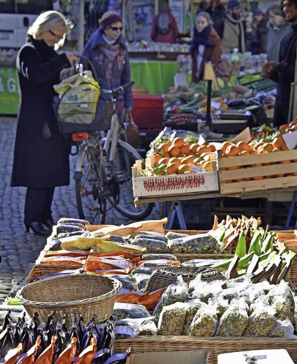 Der Freiburger  Münstermarkt lockt täglich etwa 10000 bis 15000 Menschen an.  | Foto: Michael Bamberger
