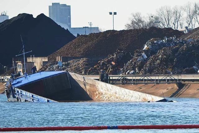 Frachtschiff zerbricht und sinkt im Kehler Rheinhafen