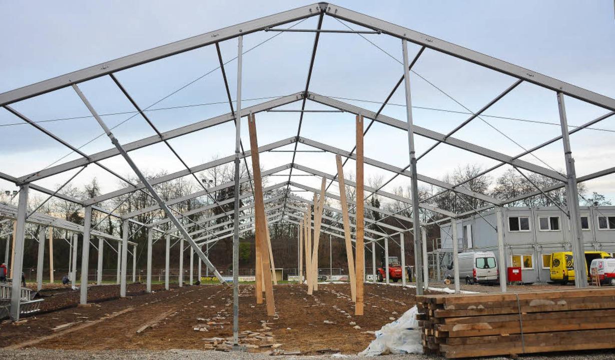 Von den Zelten in Norsingen steht gest...r Flüchtlinge werden gerade aufgebaut.  | Foto: Andrea gallien