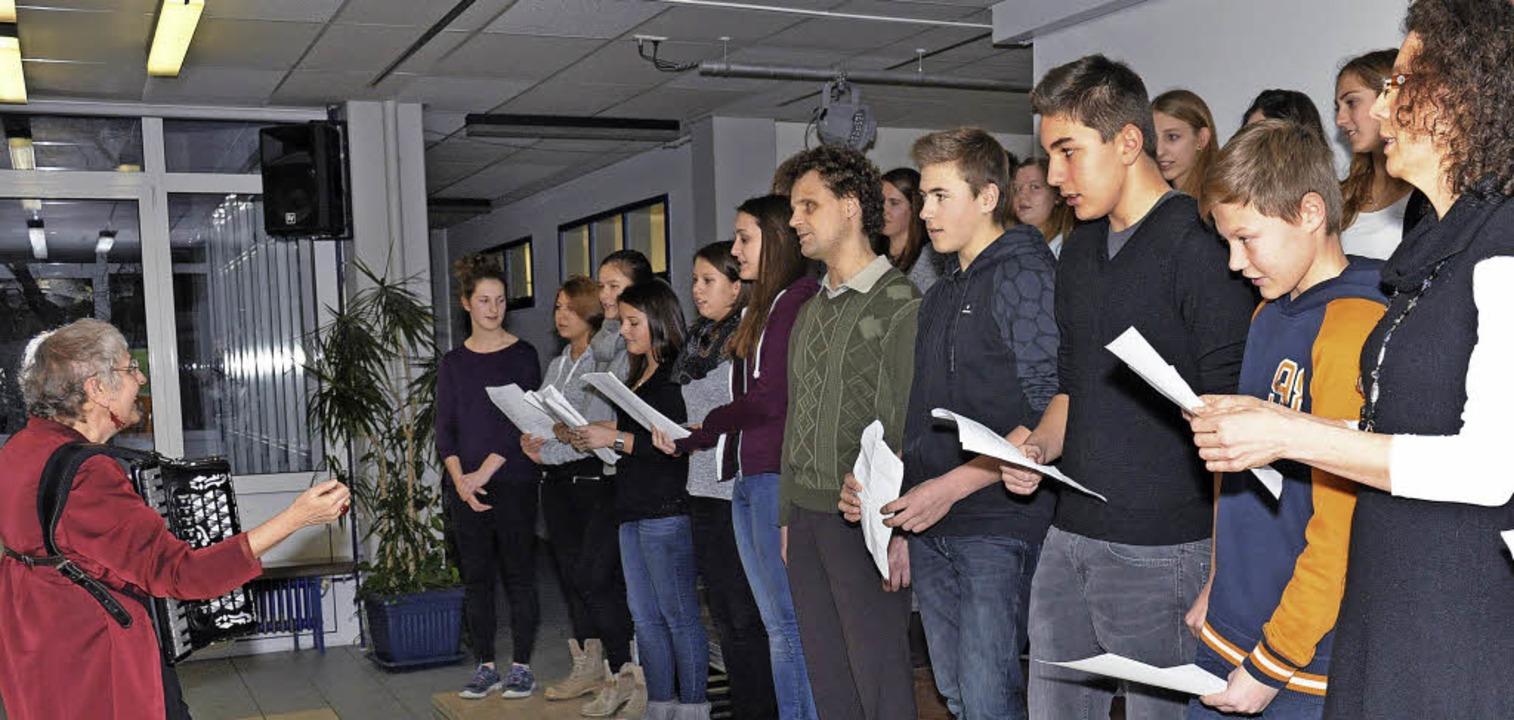 Die Klasse 9f der Hugo-Höfler-Realschu...ags für den Holocaust jüdische Lieder.  | Foto: Kai Kricheldorff