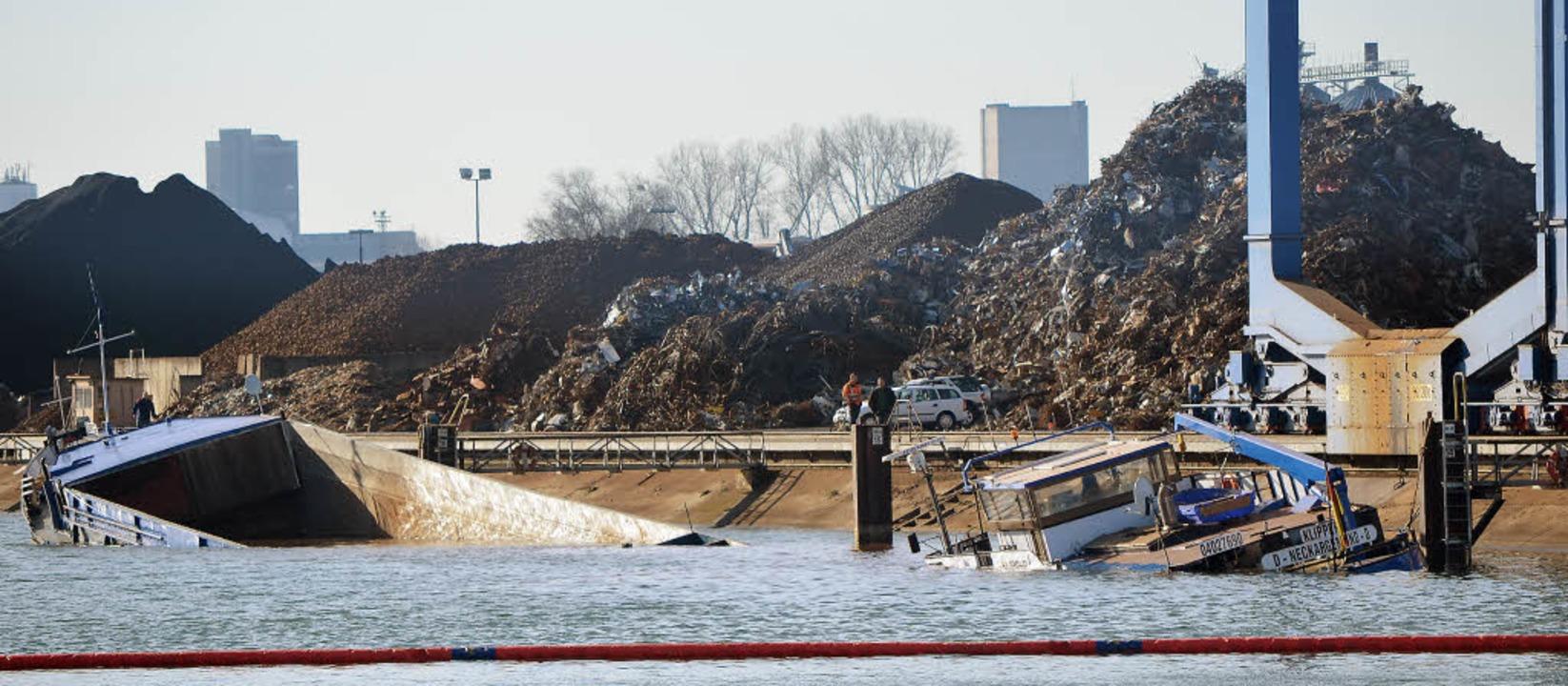Warum das Lastschiff zerbrochen ist, i...e Wasserschutzpolizei Kehl ermittelt.     Foto: Julia Trauden /Stadt Kehl