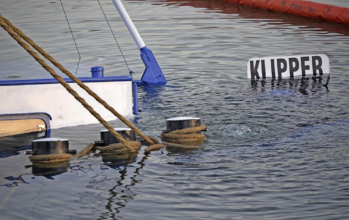 Taue sichern den Havaristen vor dem Umkippen im Hafenbecken.    Foto: Julia Trauden
