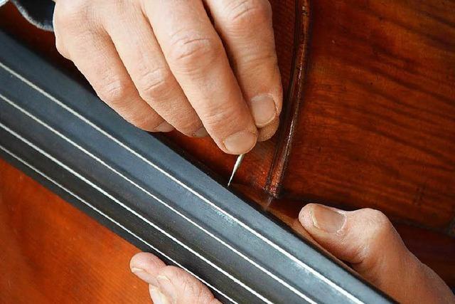 Geigen-Doktor behandelt Instrumente mit Akupunktur