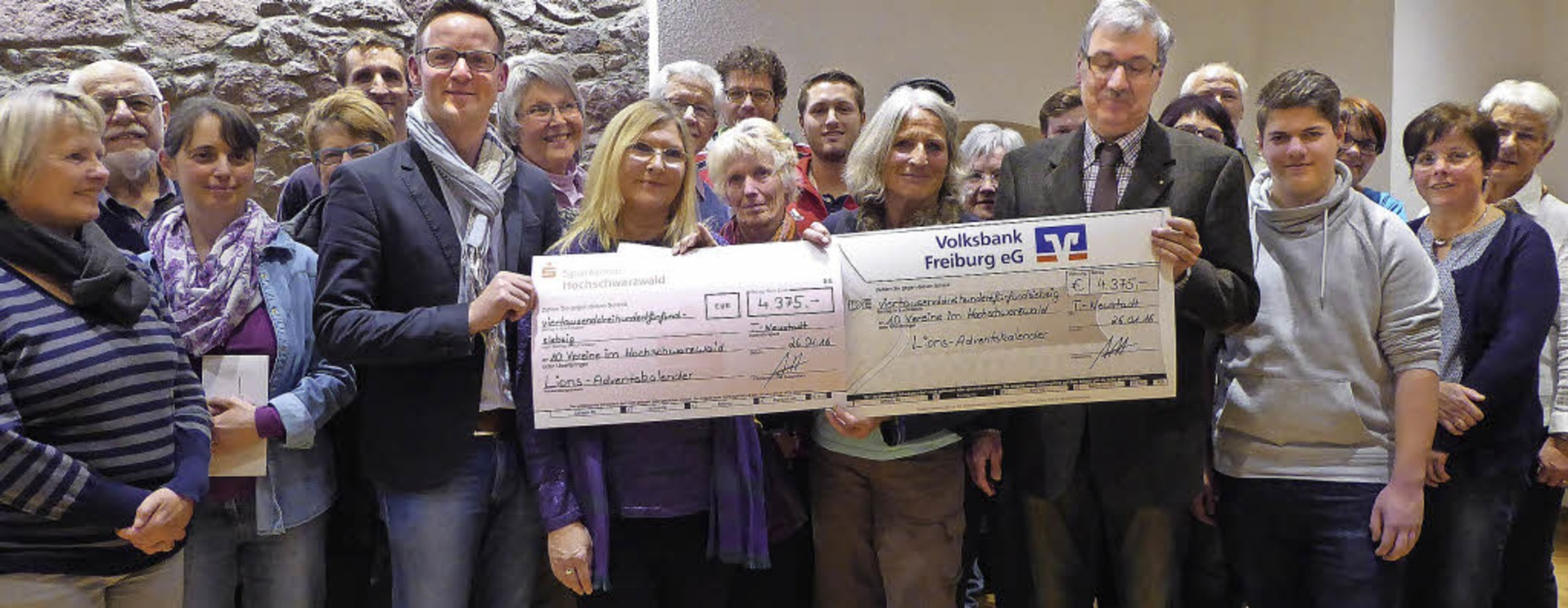 Auf so viele Gewinner verteilen sich die beiden symbolischen Schecks.   | Foto: Peter Stellmach
