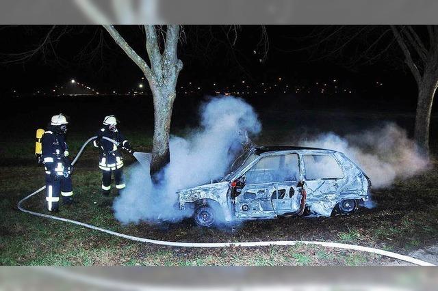Mehrere Autos abgefackelt, Polizei sieht Zusammenhang