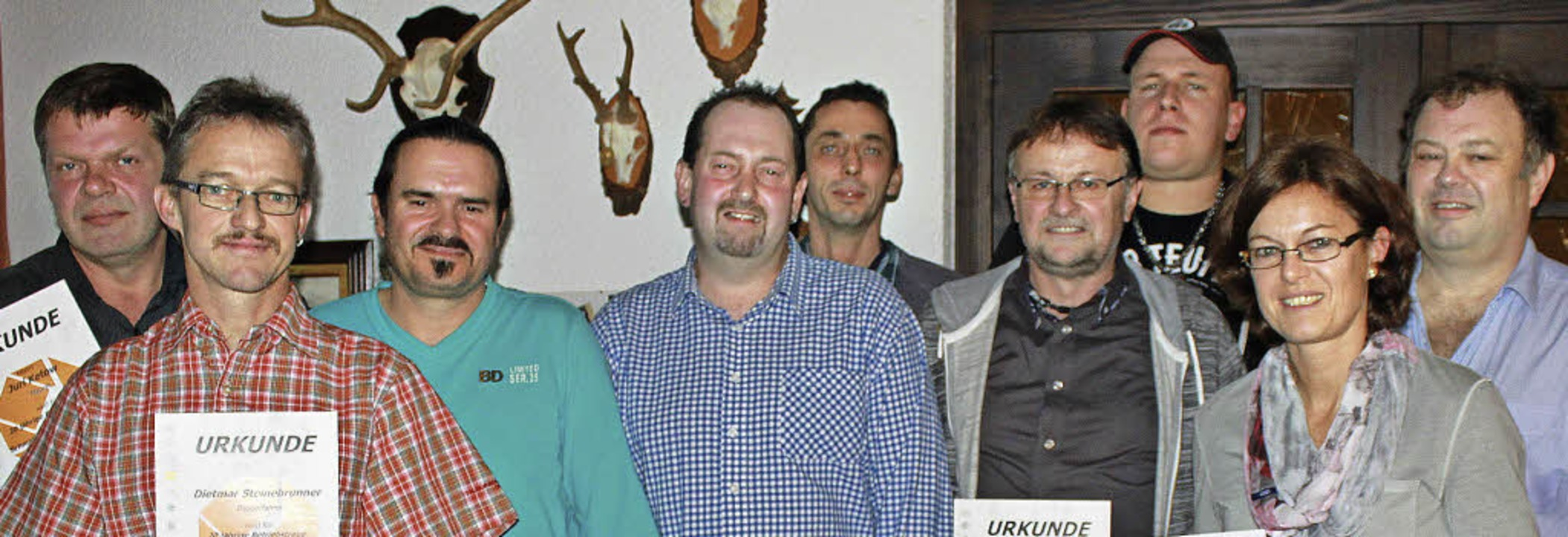 Rudolf Schmidt (rechts) ist stolz auf seine langjährigen Mitarbeiter.   | Foto: Privat