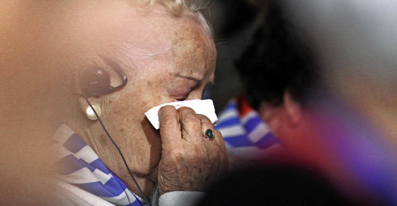 Trauma und  Tränen: KZ-Überlebende während der Zeremonie   | Foto: dpa
