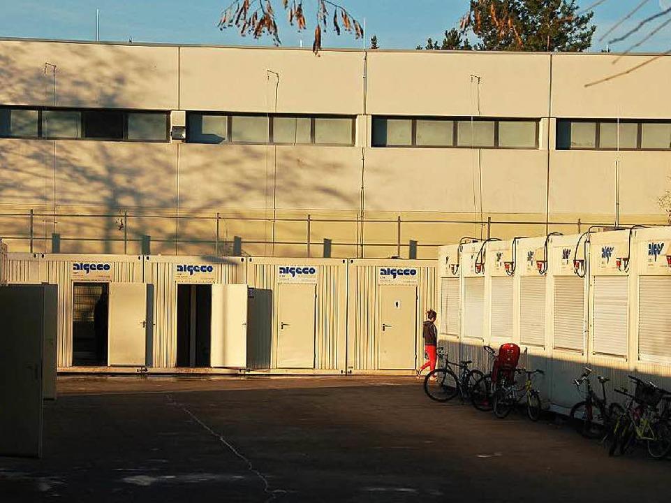 Die Kreissporthalle in Offenburg und d...d Gemeinschaftscontainer (Archivbild).  | Foto: hrö