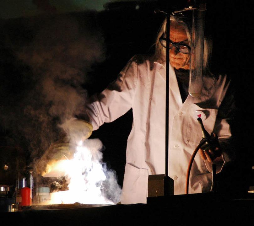 Helle Flammen, leuchtende Kinderaugen:...ad Säckingen mit vielen Experimenten.   | Foto: Alina Hoppe