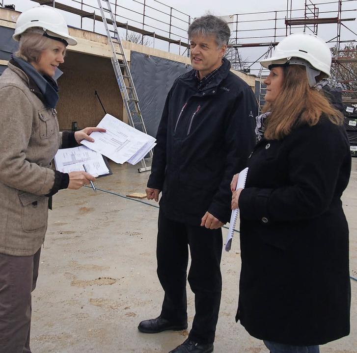 Auf der Baustelle: Architektin Sabine ...en Dorfgemeinschaftshaus (von links).   | Foto: Gabriele Poppen