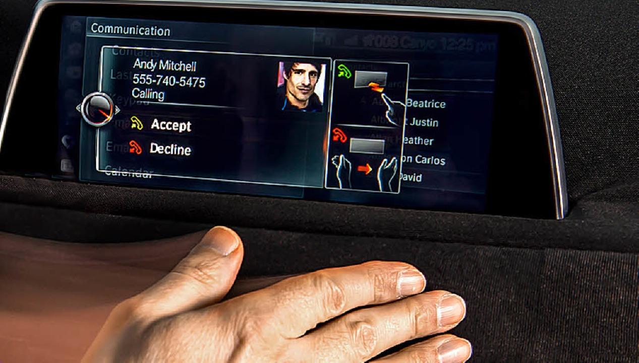 Heute schon Realität: Ein Auto-Display, das mit Gesten gesteuert wird.  | Foto: BMW