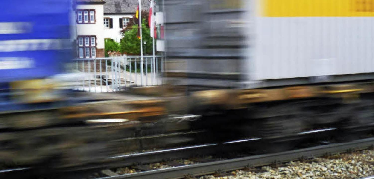 Die Güterzüge sollten möglichst raus a...auten Gebieten wie hier in Denzlingen.  | Foto: Frank Kiefer/SWR