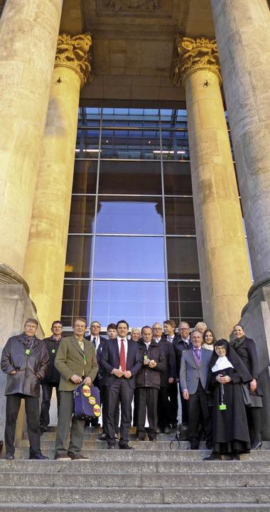Unter den mächtigen Säulen des Reichst...e Bahntrasse mit MdB Johannes Fechner.  | Foto: Büro Fechner